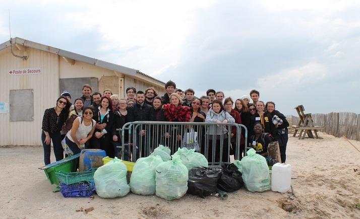 photo étudiant relais i-Share nettoyage de plage