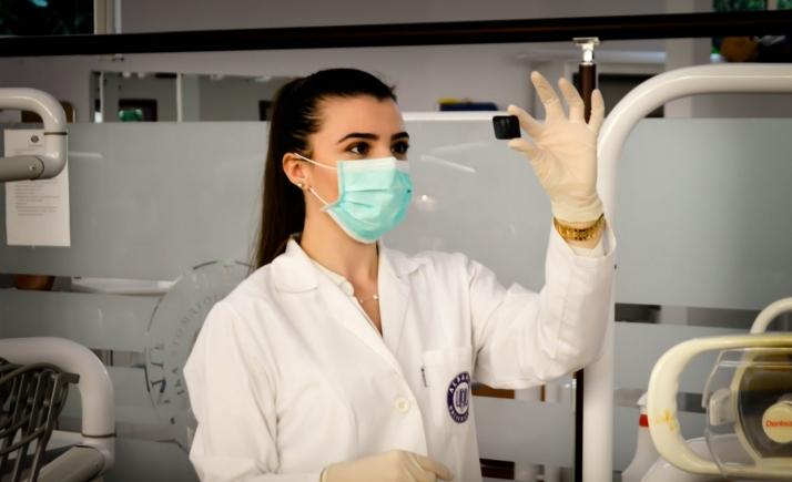 Une étudiante en médecine dans un laboratoire, photo par Ani Kolleshi via Unsplash