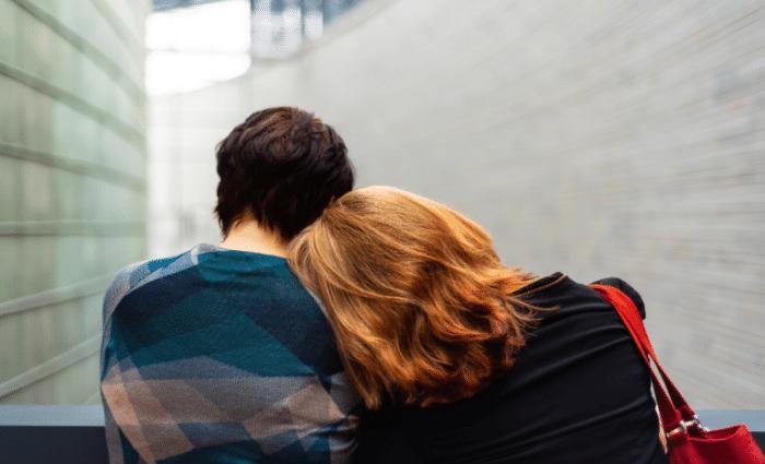 """Visuel de l'article """"Suicide des jeunes, l'autre urgence"""". Une femme pose sa tête sur l'épaule d'une personne de dos."""